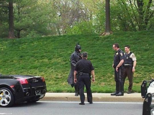 un supereroe alle prese con la polizia